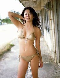 Haruna Yabuki Gravure idol sweetheart is seductive in her bikini at the beach